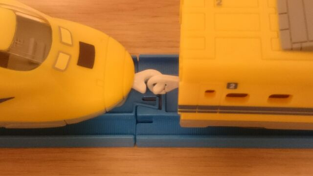 本体車両(ハッピーセット)と客席車両(純正プラレール)を逆につけて遊ぶときだけは、連結がハズレやすくなりますからご注意ください。その2